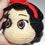 the importance of the details in the eyes of Snow white amigurumi